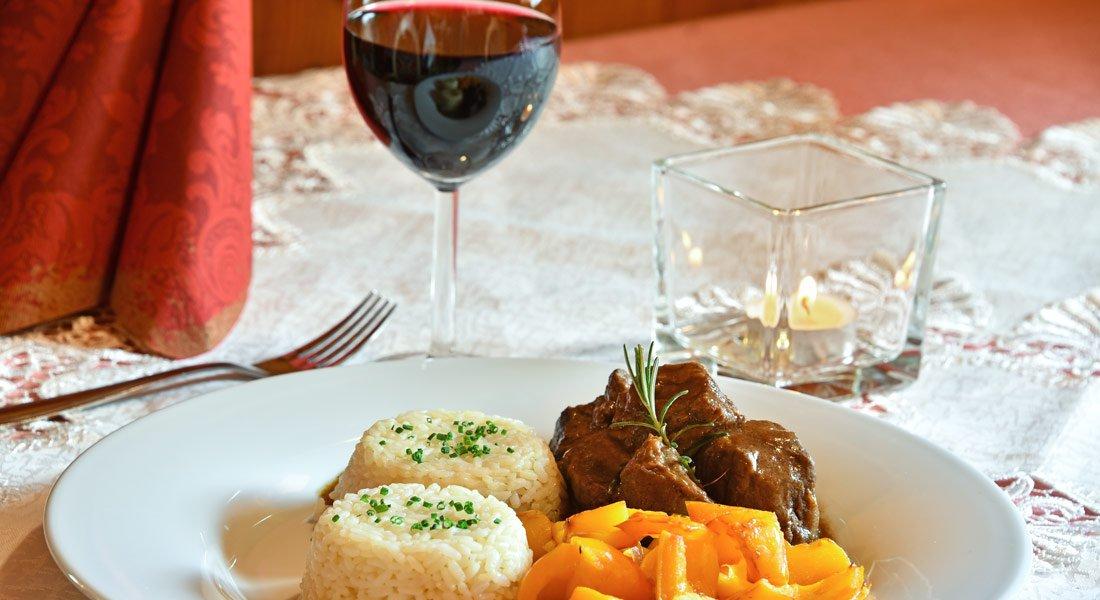 La nostra taverna in Val d'Isarco vi offre gustose specialità locali